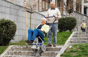 Présentation du LIFTKAR PT, monte-escalier électrique et mobile pour PERSONNES aux salons internationaux spécialisés en réhabilitation