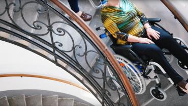 Liftkar PT Uni monte-escalier électrique sur escaliers en colimaçon (avec femmes de deux générations)