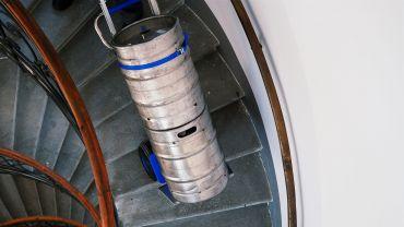 Liftkar SAL Ergo monte-escalier électrique avec des fûts de bière sur escaliers en colimaçon
