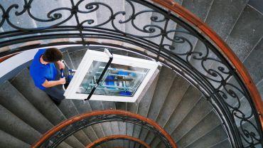 Liftkar SAL Fold monte-escalier électrique avec une fenêtre sur escaliers en colimaçon