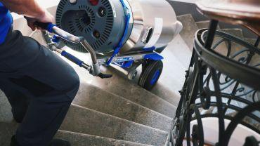 Liftkar SAL Fold monte-escalier électrique avec une bouteille d'oxygène sur escaliers en colimaçon
